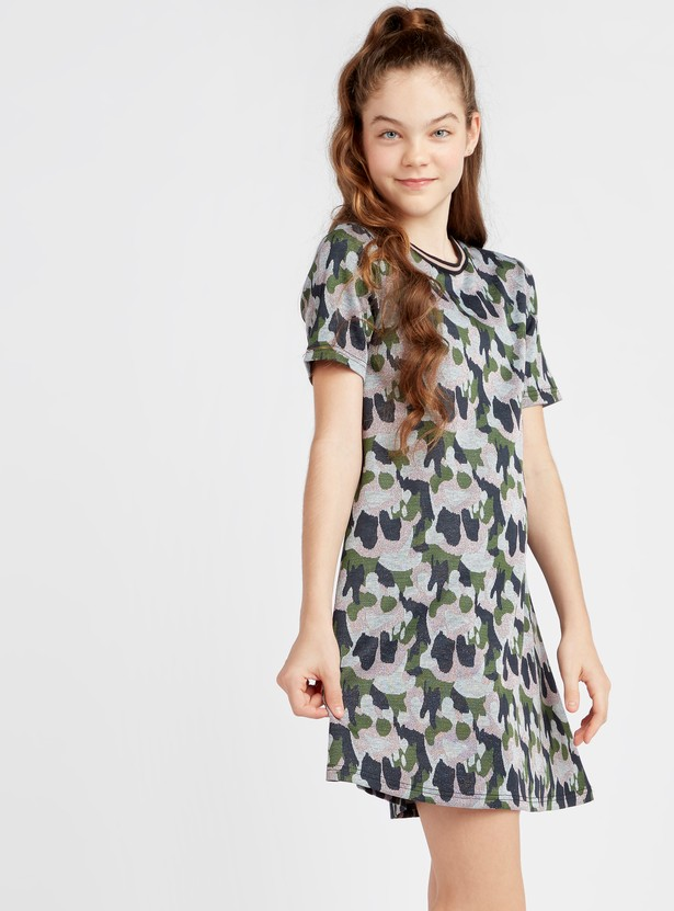 فستان قصير بطبعات وياقة مستديرة وأكمام قصيرة