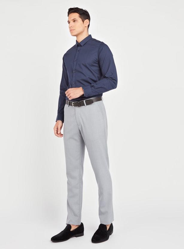 قميص سليم بارز الملمس بياقة عاديّة وأكمام طويلة
