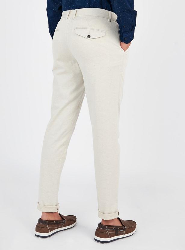 بنطلون شينو سادة بخصر متوسّط الإرتفاع بتفاصيل جيوب وعراوي حزام
