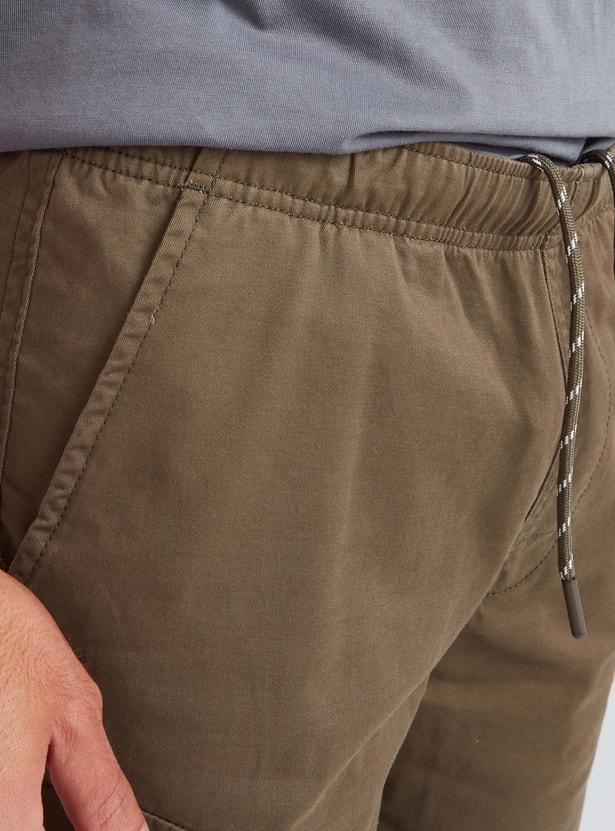 شورت كارجو سادة بخصر متوسّط الارتفاع وتفاصيل جيوب ورباط إغلاق