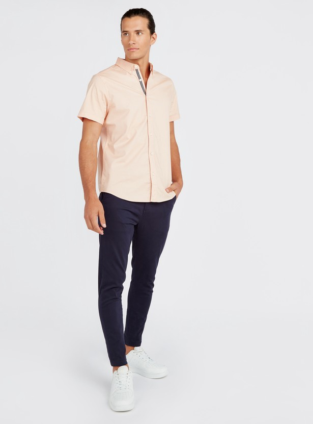 قميص أكسفورد سادة مطاطي مع ياقة عادية بزر سفلي وأكمام قصيرة