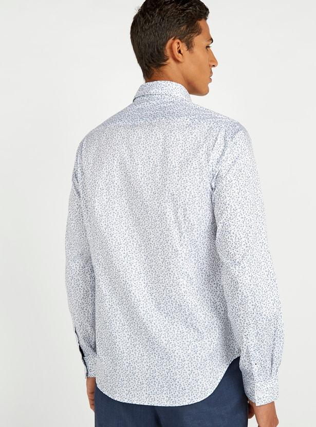 قميص بقصّة سليم وياقة عاديّة وأكمام طويلة وطبعات