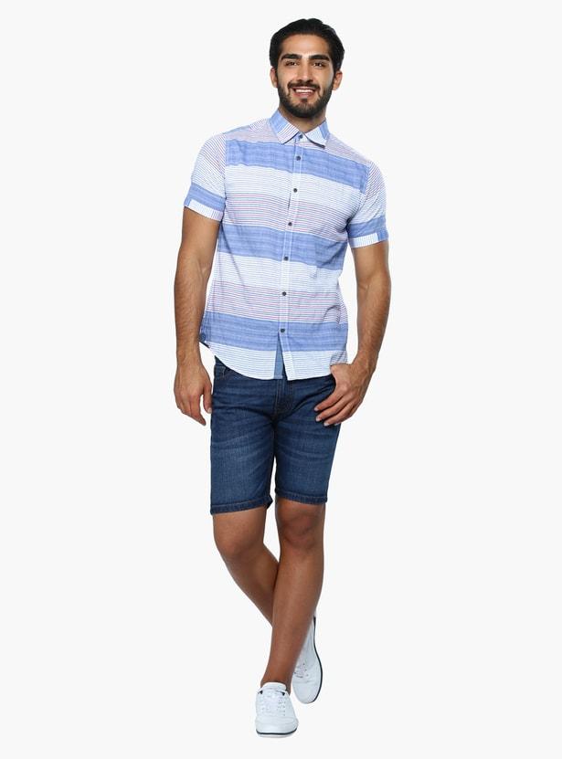 قميص مقلّم بأكمام قصيرة بقَصّة الضيقة