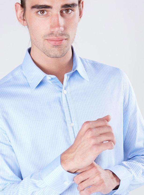 قميص مخطط بأكمام طويلة ووصلة أزرار كاملة