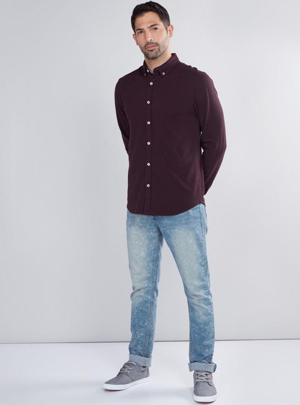 قميص بارز الملمس بأكمام طويلة وأزرار