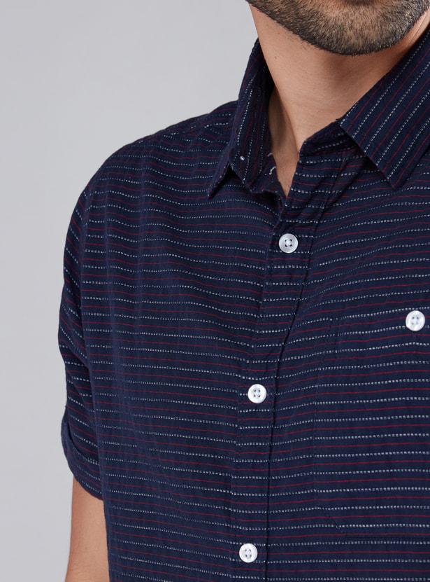 قميص مقلّم بأكمام قصيرة ووصلة أزرار كاملة
