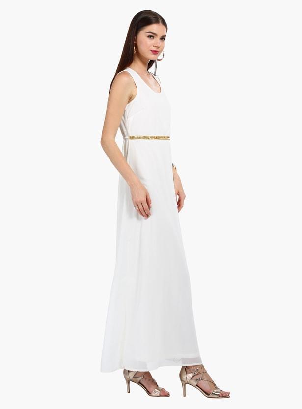 فستان طويل بدون أكمام بخصر مزيّن