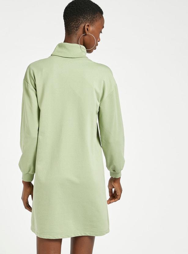 فستان تيشيرت ميني بياقة عالية وأكمام طويلة وطبعات جرافيك