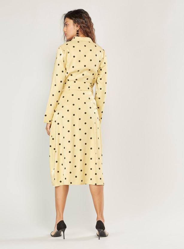 فستان قميص ميدي بطبعات منقّطة وأكمام طويلة وأربطة