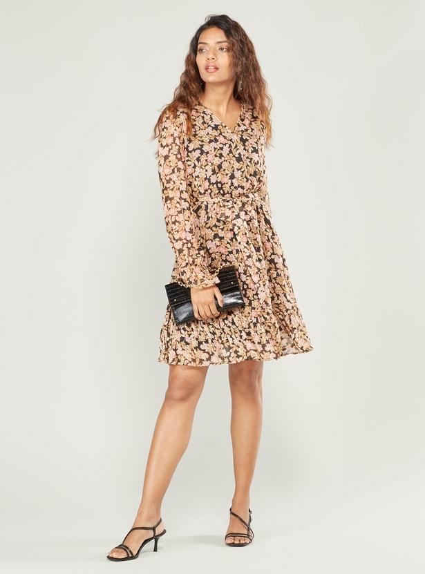 فستان قصير ملفوف بطبعات أزهار وأكمام طويلة وخصر برباط