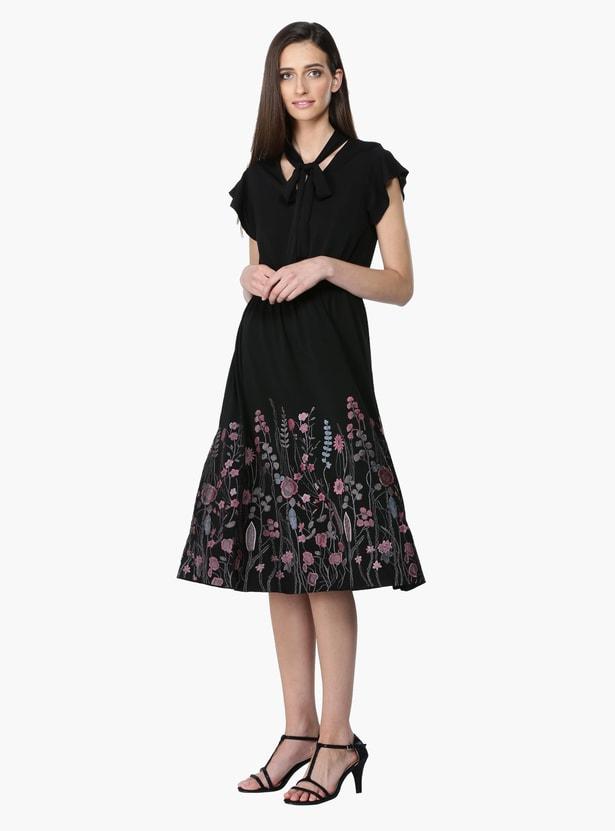 فستان بنقش مطبوع بأكمام قصيرة وياقة مربوطة