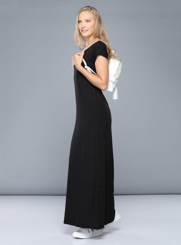 فستان طويل بياقة مستديرة وأكمام كاب
