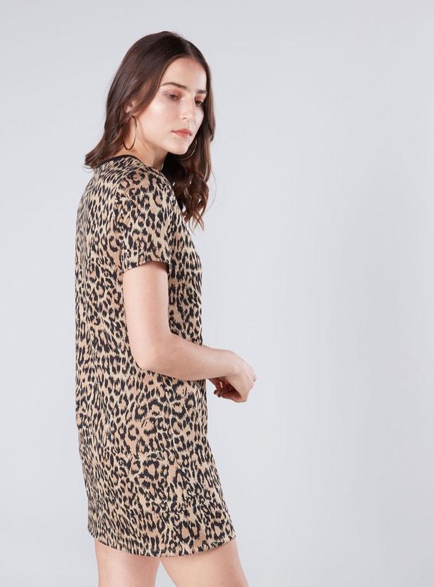فستان قصير واسع بياقة في وأكمام قصيرة وطبعات حيوانات