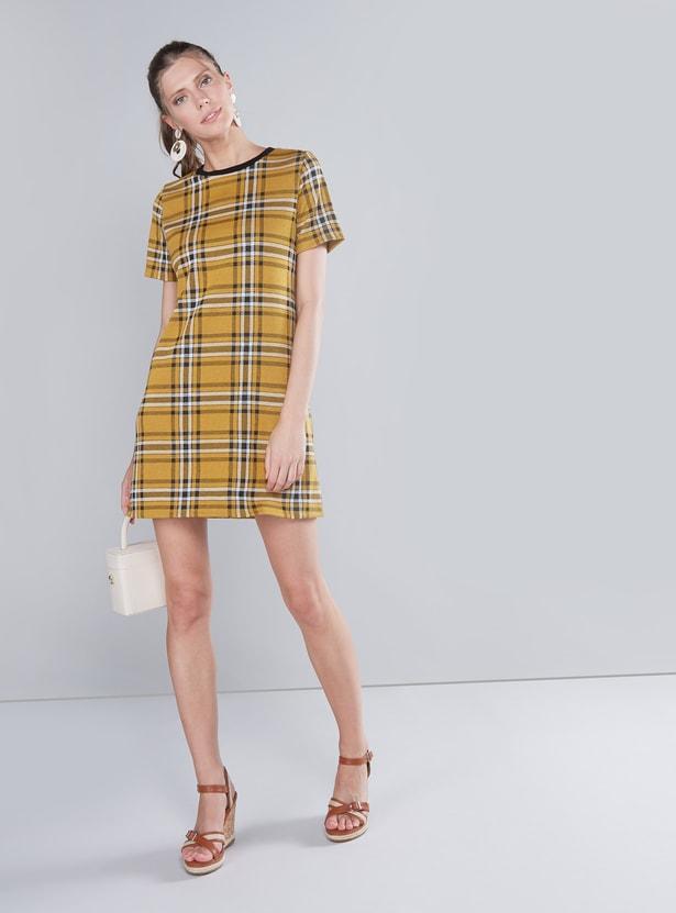 فستان كاروهات متوسّط الطول مع ياقة مستديرة وأكمام طويلة