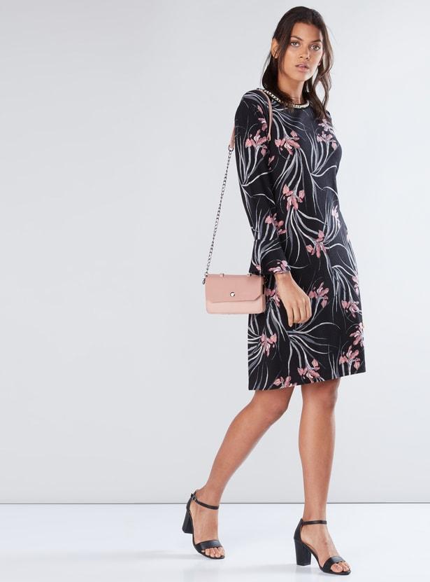 فستان متوسط الطول بياقة مستديرة وأكمام طويلة وطبعات