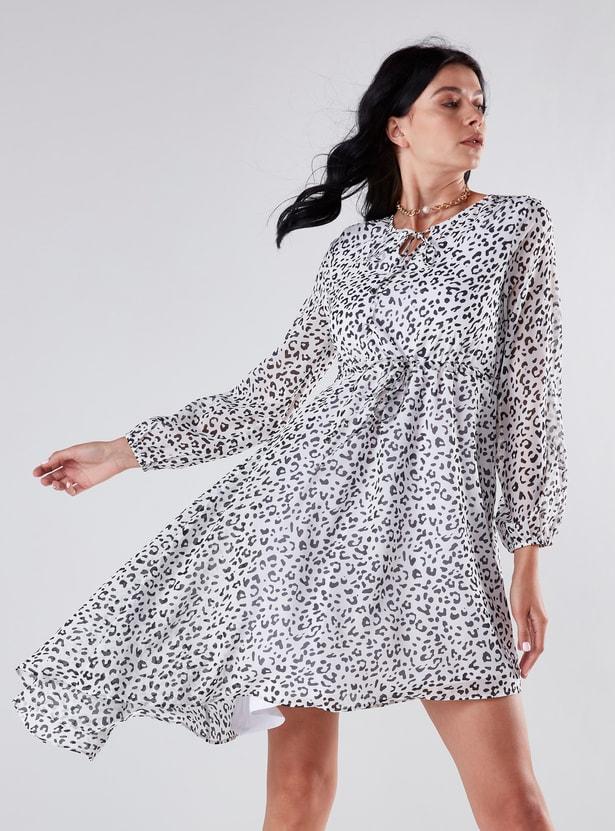 فستان قصير بأكمام طويلة وأربطة وحواف غير مستوية وطبعات