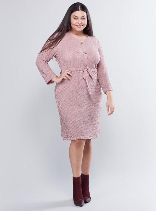 فستان بارز الملمس متوسط الطول بياقة مستديرة مع أكمام 3/4 وتصميم عقدة أمامية