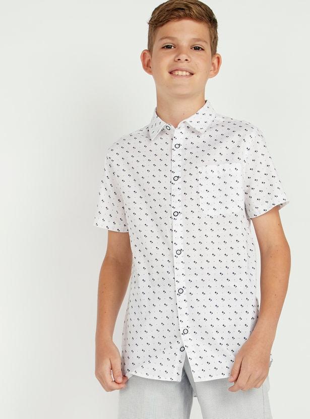 قميص بأكمام قصيرة وجيب على الصدر وطبعات