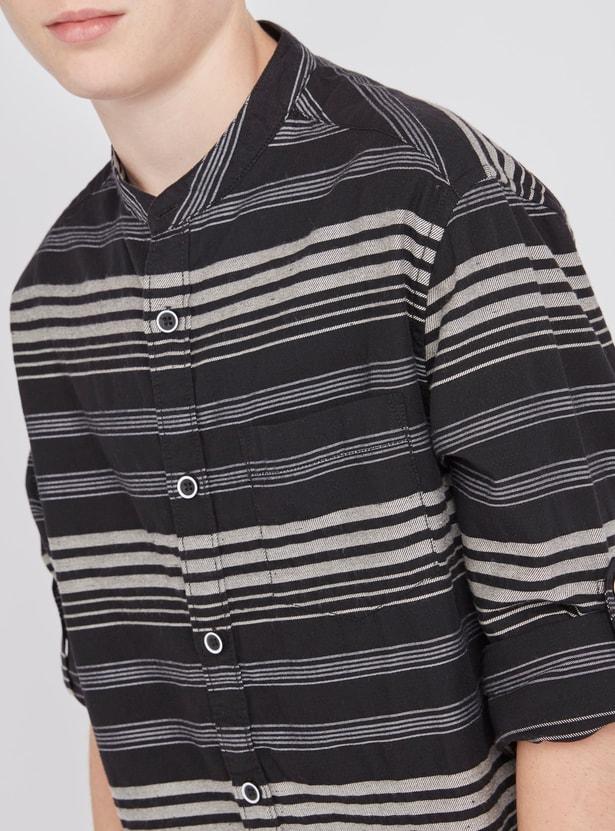 قميص مقلّم بأكمام طويلة وياقة ماندارين