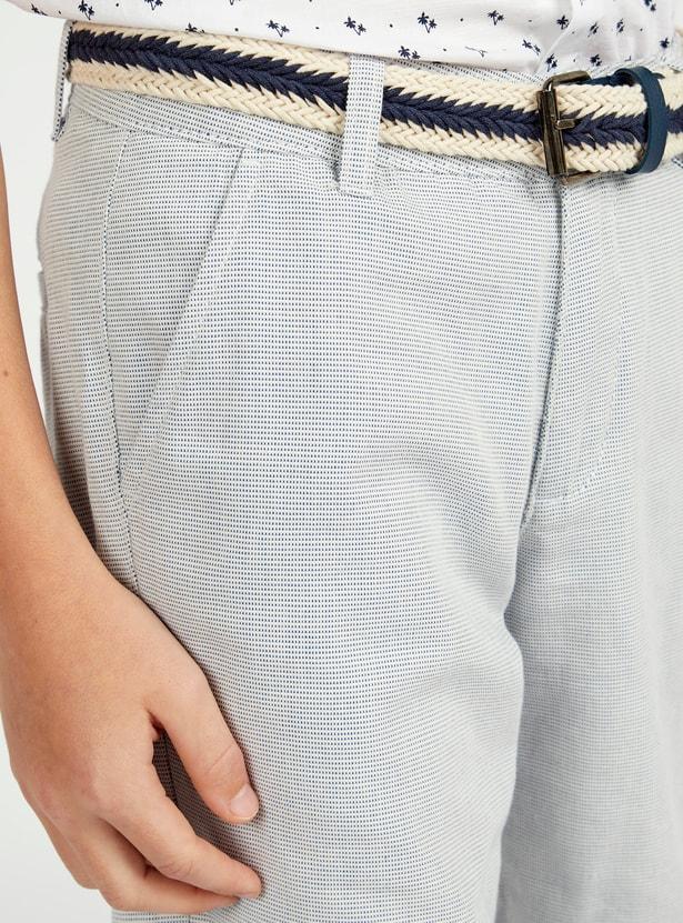 شورت بارز الملمس بتفاصيل جيوب وحزام