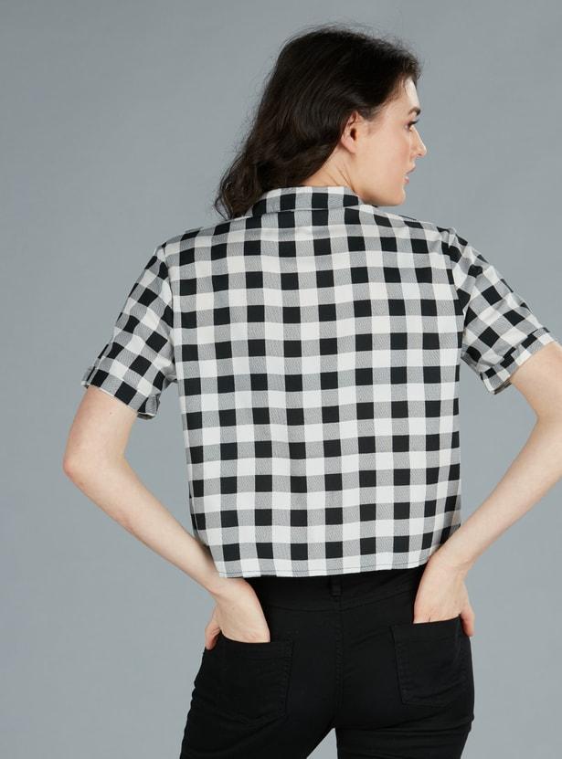 قميص كاروهات بأكمام قصيرة وتزيينات