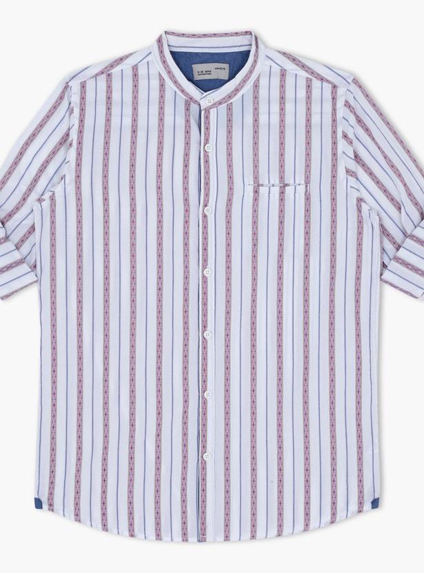 قميص مقلّم بياقة ماندارين وأكمام مثنية للأعلى.