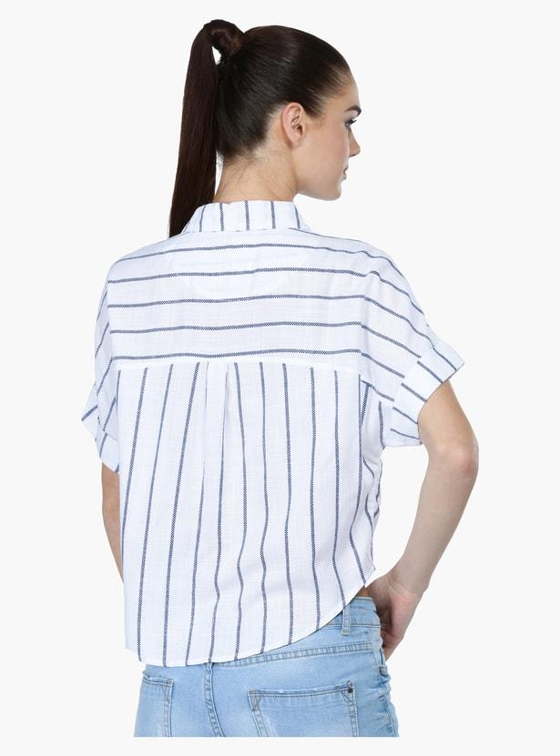قميص قصير مقلّم بجيب خارجي وربطة