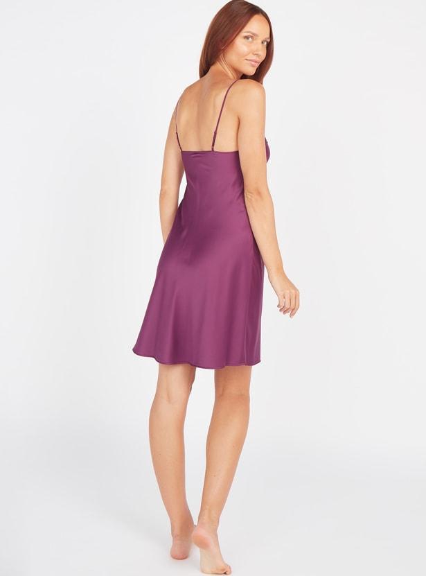 فستان نوم بياقة V وأحزمة قابلة للتعديل و تفاصيل دانتيل