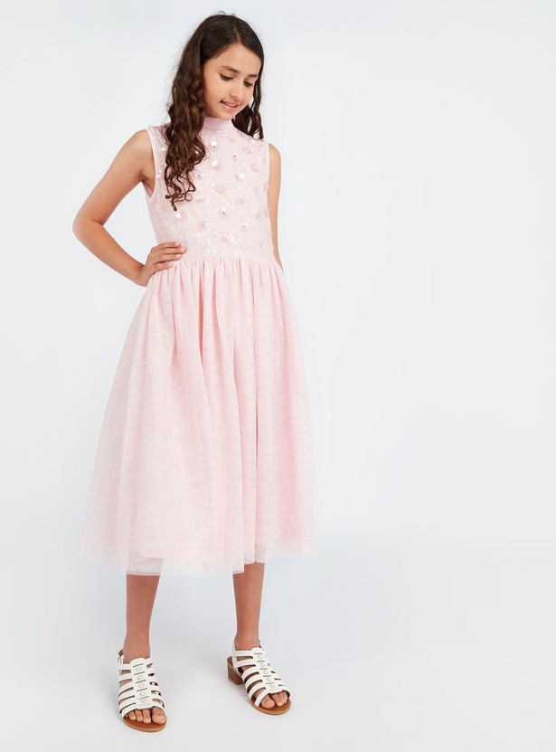 فستان بدون أكمام مزين بالترتر مع ياقة عالية