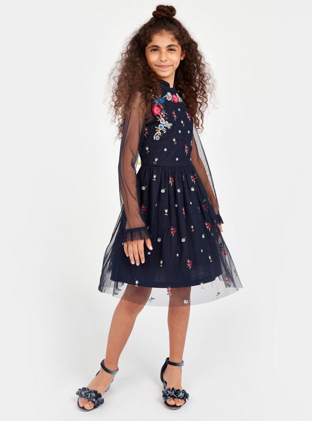 فستان طويل بتطريز أزهار وأكمام طويلة