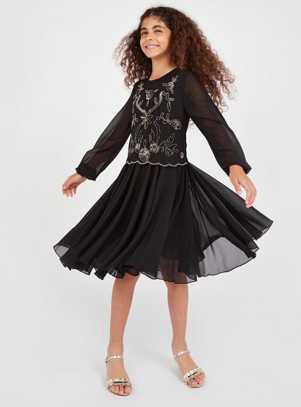 فستان مزخرف بياقة مستديرة وأكمام طويلة