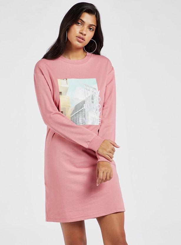 فستان تيشيرت قصير بأكمام طويلة وطبعات جرافيك