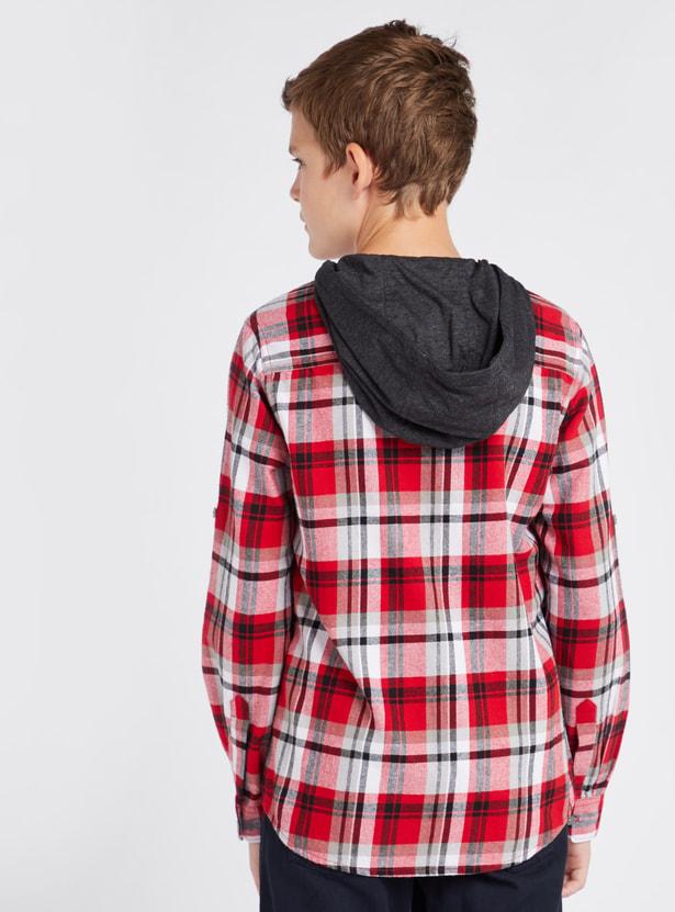 قميص بياقة بقبّعة ونقش مربّع وأكمام طويلة