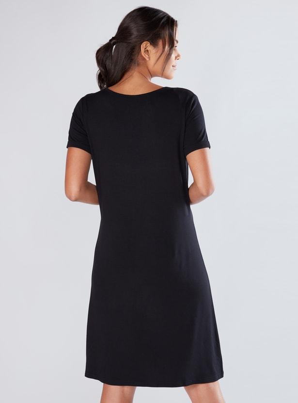 فستان ميدي بياقة مستديرة وأكمام قصيرة
