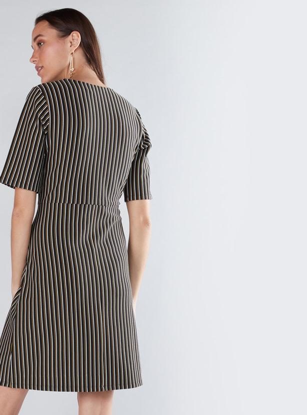 فستان متوسط الطول مقلّم بياقة دائرية