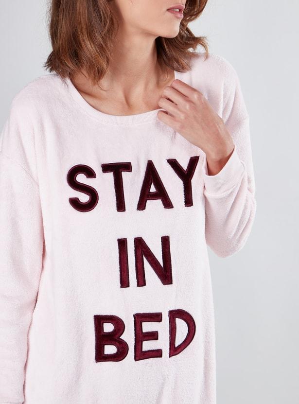 قميص نوم بأكمام طويلة وياقة مستديرة وطبعات