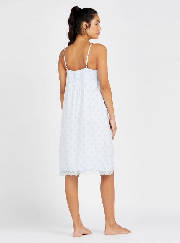 فستان نوم بطبعات منقّطة وياقة عنق v وتفاصيل دانتيل