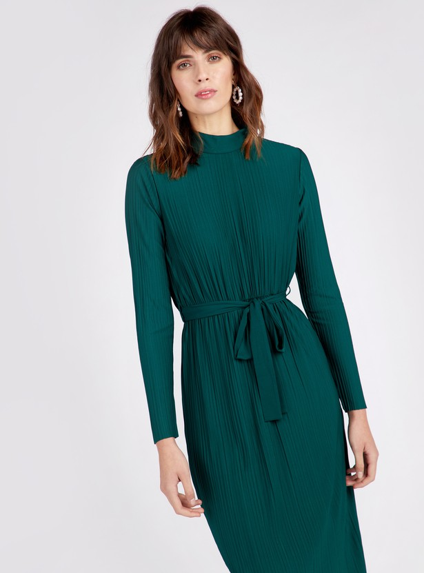 فستان واسع ميدي بياقة عالية وأكمام طويلة وتفاصيل ثنيات