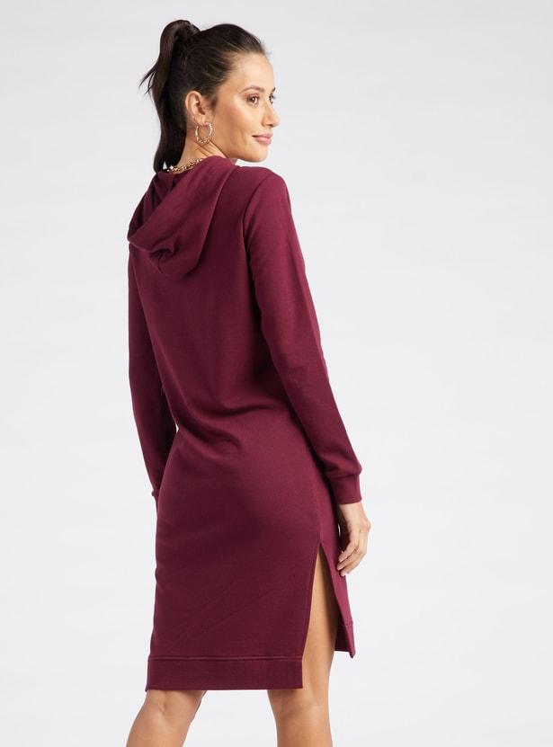 فستان ضيّق مزيّن بأكمام طويلة وقبّعة برباط