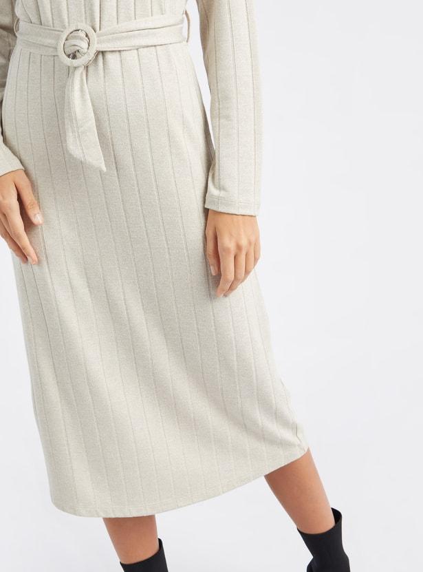 فستان واسع ميدي بارز الملمس بياقة مستديرة وأكمام طويلة وحزام