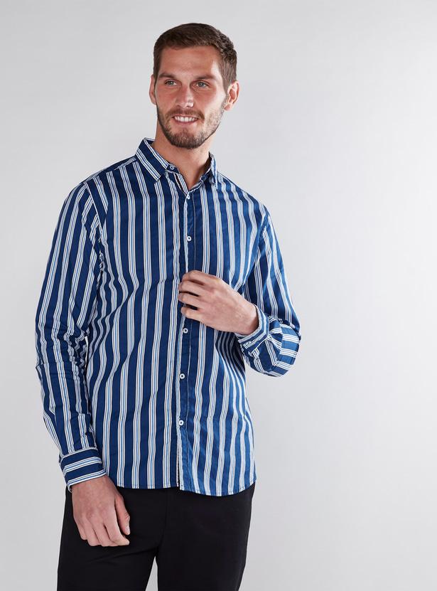 قميص مقلّم بقصّة عادية وأكمام طويلة
