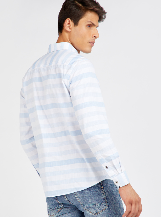 قميص مقلّم بأكمام طويلة وجيب على الصدر