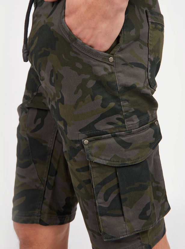 Slim Fit Mid Rise Camouflage Print Cargo Shorts with Pocket Detail