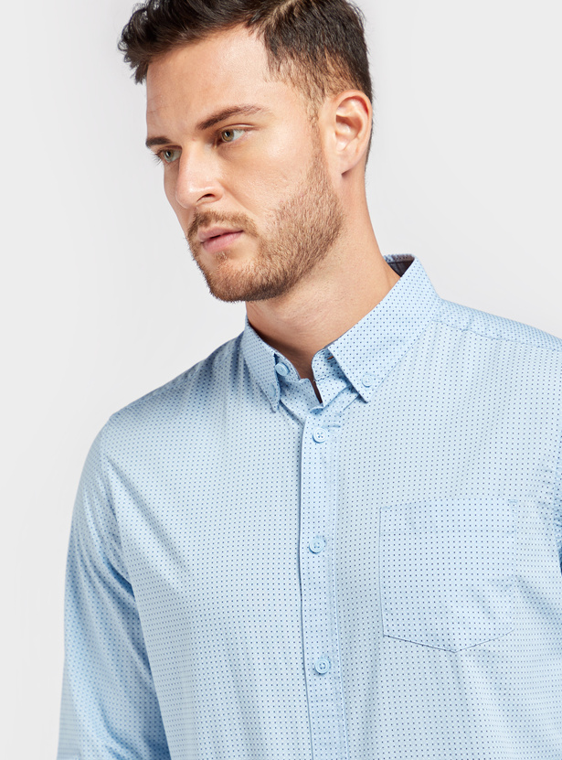 قميص بطبعات منقّطة وياقة عادية وأكمام طويلة