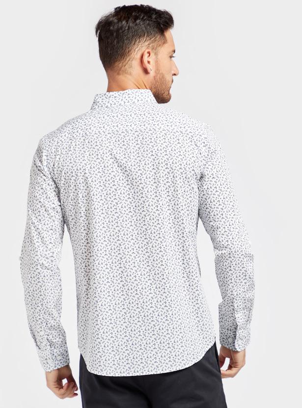 قميص بقصّة عادية وياقة عاديّة وأكمام طويلة وجيب على الصدر وطبعات زهرية