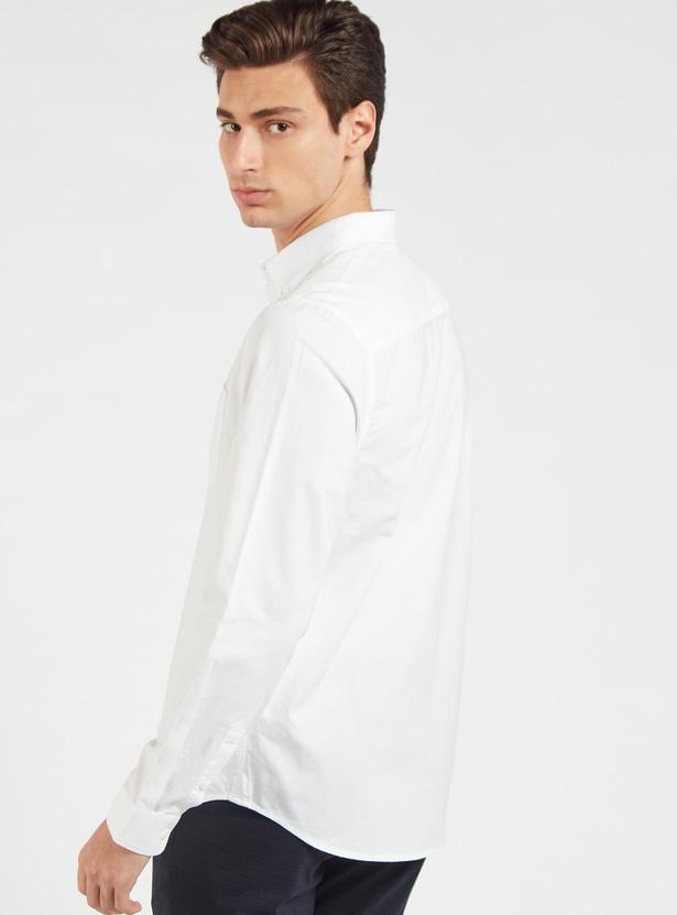 قميص سادة بياقة عاديّة وأكمام طويلة