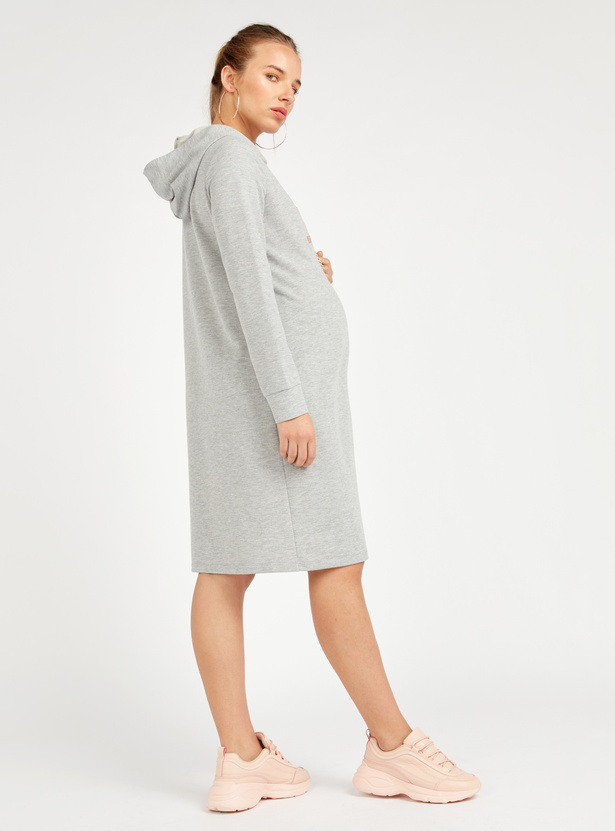 فستان ميدي إيه لاين بقبّعة وطبعات تايبوجرافيك