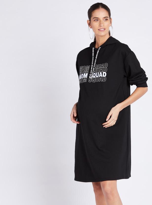 فستان حمل واسع بأكمام طويلة وغطاء للرأس وطبعات تايبوجرافيك