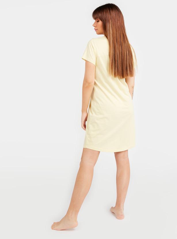 فستان نوم بطبعات نصيّة وأكمام قصيرة