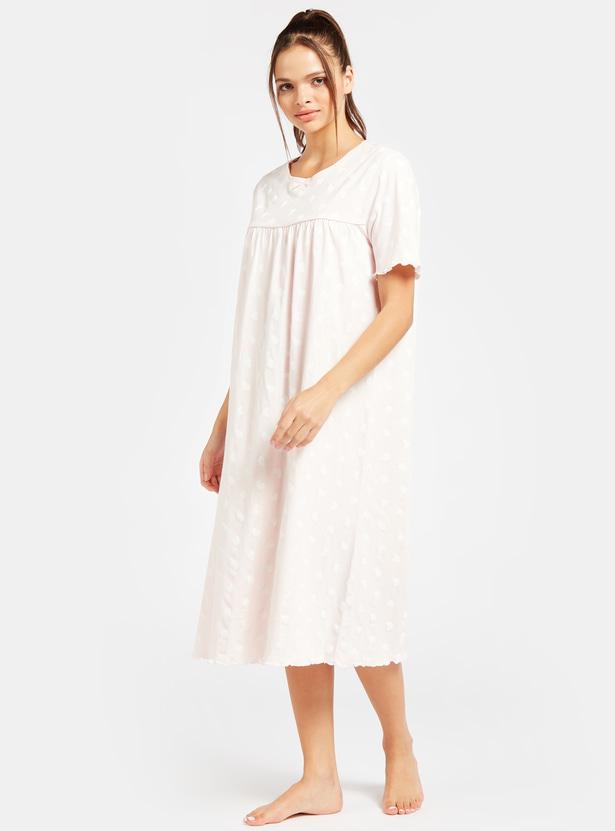 فستان نوم بياقة مستديرة وأكمام قصيرة وطبعات